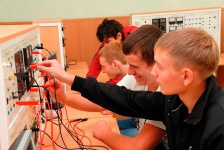 Студенты собирают электрические схемы.